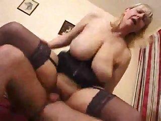 Голую бабушку выебали в толстую задницу