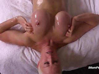 Голая мамочка ласкает свою большую грудь в масле