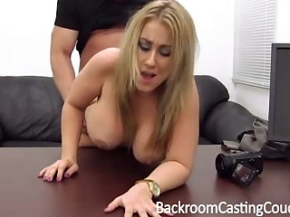 Порно кастинг зрелую бабу выебали в попу
