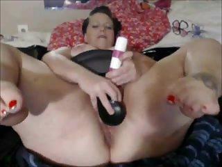Голая толстая старуха мастурбирует