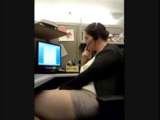 Порно толстая мамка мастурирует на работе в офисе