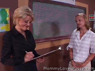 Преподавательница лижет пизду молодой студентке прямо в аудитории