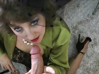 Порно старая вдова сосёт член у любовника