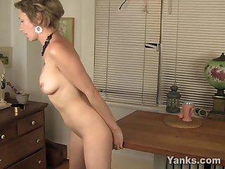 Порно голая баба за 50 лет мастурбирует на столе