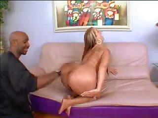 Жёсткий секс со старой порнозвездой на диване