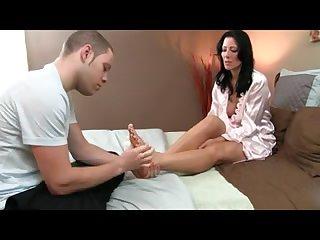 Порно молодой фетишист делает массаж ног зрелой даме