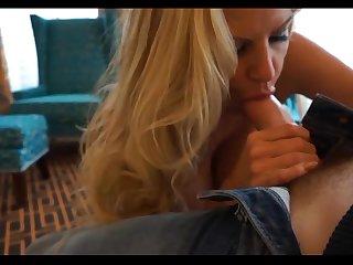 Зрелая порнозвезда сосёт член перед камерой