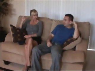 Секс с сисястой голой дамой на старом диване