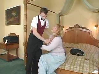 Грудастая хозяйка трахнула молодого официанта в отеле