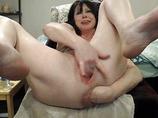 Дама мастурбирует перед вебкой и заставляет кишку выпасть наружу
