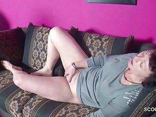 Старая матюрка не подумала и спалилась за мастурбацией на диване