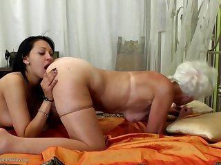 Зрелая и молодая девушка активно практикуют лесбийские шалости на дому