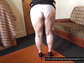 Пожилая незнакомка со всех сторон показала свою огромную задницу