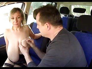 Пышногрудая попутчица дала потискать водителю свои большие сиськи в качестве оплаты