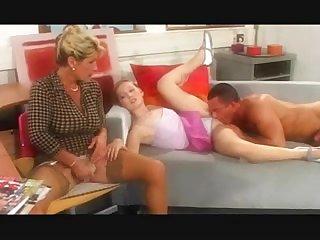 Зрелая баба и молодая девушка  занимаются групповым сексом с мужиком жмж