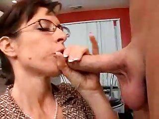 Порно зрелая училка сосёт член у 18 летнего парня