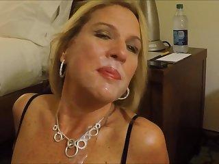 Зрелая мамаша облизывает сперму со своего лица в домашнем порно