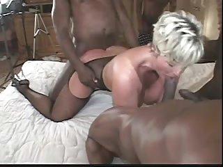 Долгое порно видео со старой женой и толпой негров