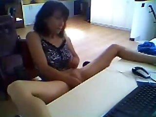 Соло видео голой зрелой женщины перед компьютером