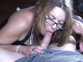 Порно зрелая училка трахается с молодым студентом
