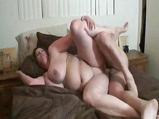 Жёсткий трах с жирной 50 летней бабой на кровати