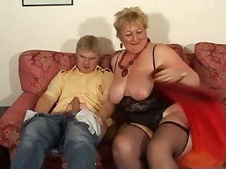 Толстая старуха с большими сиськами сосёт и дрочит член молодому мужчине
