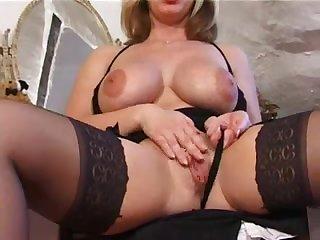 Сисястая голая англичанка в чулках мастурбирует перед камерой