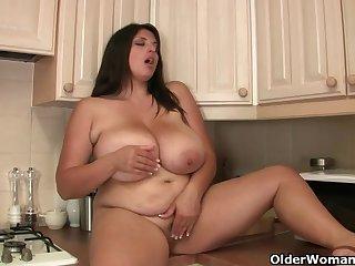 Голая сисястая толстушка мастурбирует на кухне