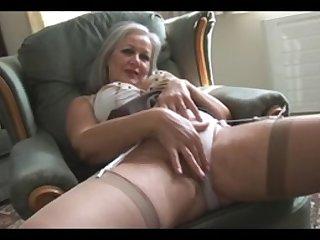 Голая красивая бабушка в чулках мастурбирует и танцует