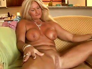 Голая 50 летняя женщина ласкает загорелое тело