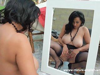 Голая зрелая красавица мастурбирует перед зеркалом