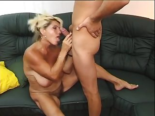 Волосатая немецкая дама сосёт член у молодого парня