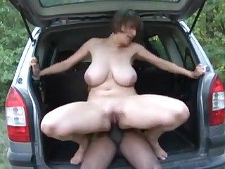50 летняя сисястая женщина занимается сексом в машине с любовником