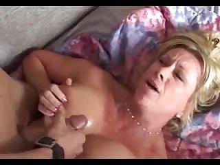Порно видео мамаша сосёт член и получет спермой на грудь