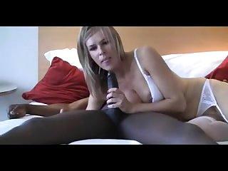 Красивая блондинка сосёт большой член