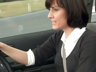 Порно зрелая автоледи мастурбирует в дорогой машине на улице