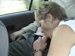 Порно английская мамка сосёт член в машине