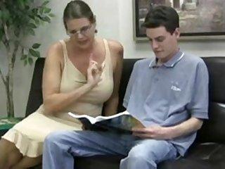 Зрелая буферастая тётка соблазнила молодого парня