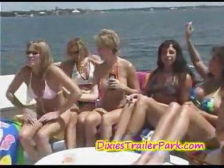 Шикарное порно с грудастыми мамашами на яхте