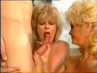 Две старые порнозвезды сосут член