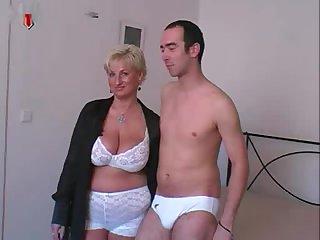 40 летняя толстая женщина дала молодому парню