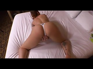 Взрослая дама на кровати показала как умеет трахаться