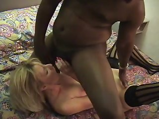 Зрелая блондинка затрахалась с негром на кровати