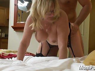 Зрелая баба трахается раком на порно кастинге