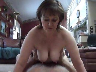 Зрелая проститутка шикарно прыгает на члене
