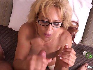 Зрелая проститутка дрочит член парню