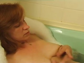 Зрелая женщина мастурбирует киску в ванной