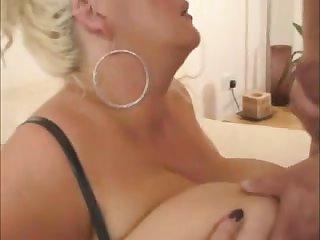 Грудастая зрелая шлюха обожает секс