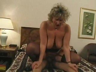 50 летняя женщина трахается с молодым самцом