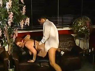 Немецкий секс похотливой проститутки и клиента на диване